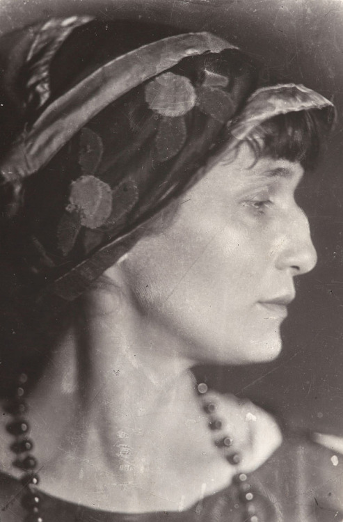 chagalov:  Anna Achmatowa, 1926 -by Moissei Nappelbaum from Galerie BerinsonMoissej Nappelbaum  -  Portraits of Soviet Intellectual Life [31 May - 24 Nov. 2012]