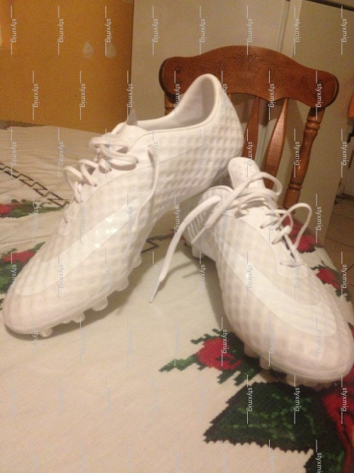 bootsndbitches:  Vapor 9 or 10 or GS2 in white. Look suspiciously like a golf ball