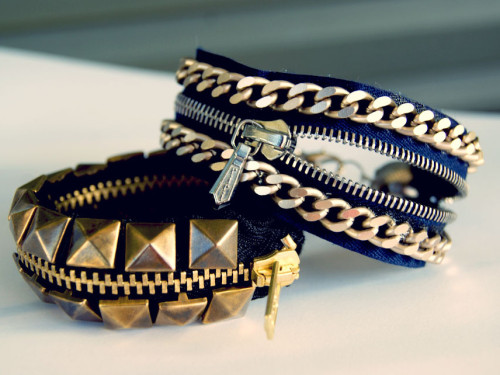 truebluemeandyou:  DIY Two Zipper Bracelet Tutorials. *For lots more zipper crafts from jewelry to fashion go here: truebluemeandyou.tumblr.com/tagged/zippers Studded Black Zipper Bracelet Tutorial from Wardrobe Recycle here. Google Translator on site. Blue Chain Zipper Bracelet Tutorial from Miss Bloom here. I used Chrome to translate from Greek to English.