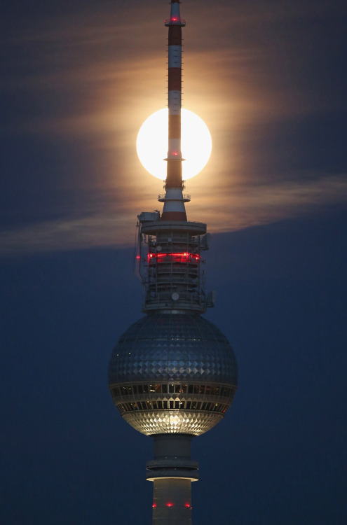 gettyimages:  Full Moon Over Berlin A full moon is visible over the broadcast tower at Alexanderplatz in Berlin, Germany. Winter weather is approaching in Germany with the first snow flurries already descending on parts of the country. Photo by Sean Gallup/Getty Images