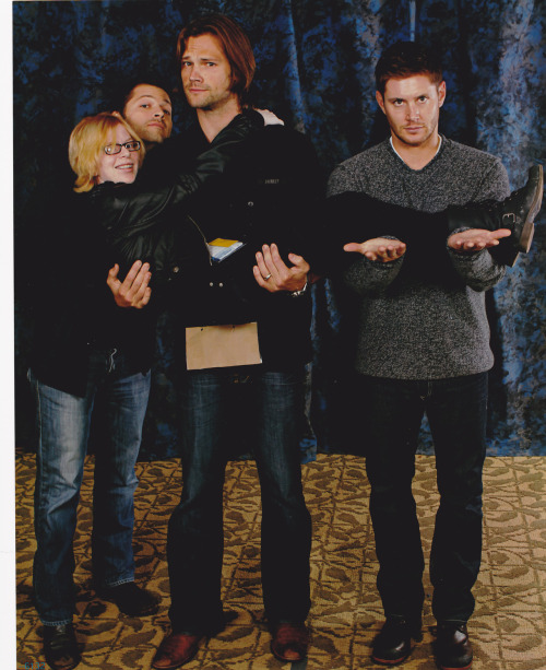 "sammycastiel:  MY FIRST CON WAS GREAT So it was my turn for the J2M photo op. I asked Jensen, ""are you allowed to lift people up, or is that frowned upon?"" and he replied, ""it's frowned upon, because then we'd have to lift everyone up. But you look very liftable."" HE CALLED ME LIFTABLE OMG. So I turned back to Jared and Misha and say, ""okay, then we can just-"" AND JARED FUCKING LIFTS ME UP OMG AND MISHA YELLS ""LIFT UP YOUR LEGS!"" SO I DO AND JENSEN HOLDS THEM. AND THEN MISHA STICKS HIS HEAD BETWEEN MINE AND JARED'S.  It was so great and when I thanked Jared for it later he winked at me gosh"