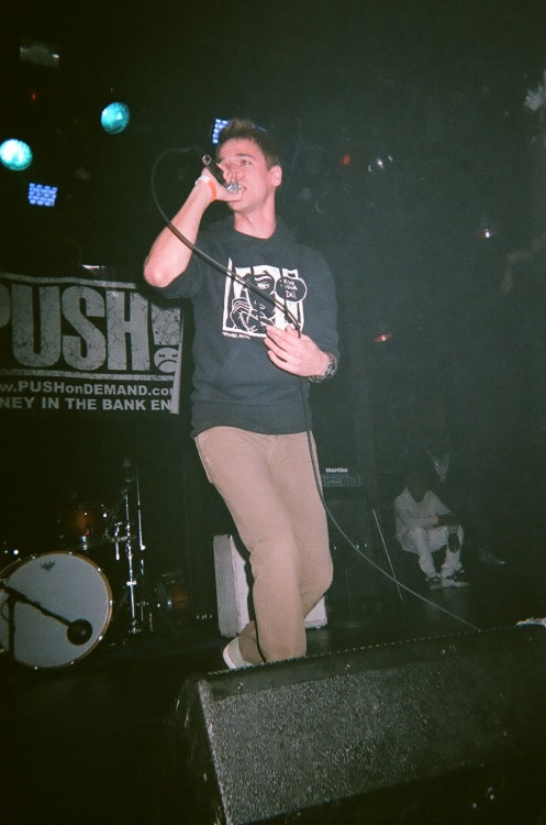 ‎Ryan Notes rocking the stage in his Heist hoodie last Tuesday at the Black Roses Tour in NYC!  Check out his music: http://ryannotes.com/Cop the Heist hoodie here: http://shop.muffinmilk.com/