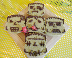 HAPPY HALLOWEEN! Frankenstein~ green tea pound cake ^^ (Frankenstein tried to eat Momo =X)