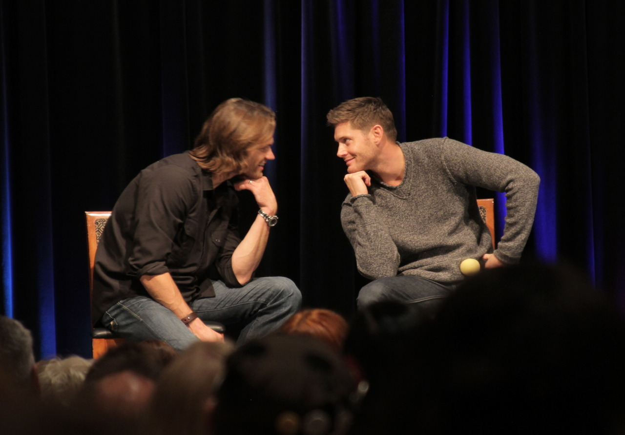 guitarbee:  Just Jared and Jensen being adorable. I had to throw this up before I got to posting the rest of the Chicon pictures because it was just too damn cute.