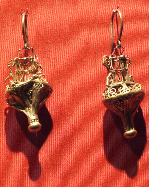 ancientpeoples:  Vessel-shaped earrings in gold. Found in Egypt. Roman period, ca. 3rd century A.D.  (Source: Metropolitan Museum of Art)