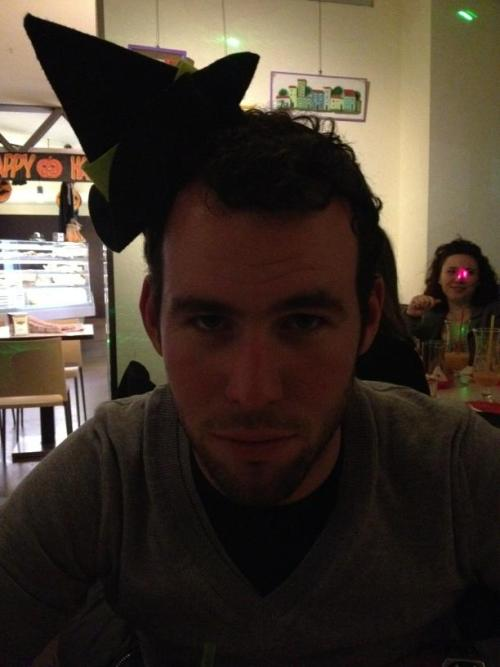 fuckyeahcycling:  (via Twitter / petatodd: Or was is @MarkCavendish all …)  he doesn't look amused.