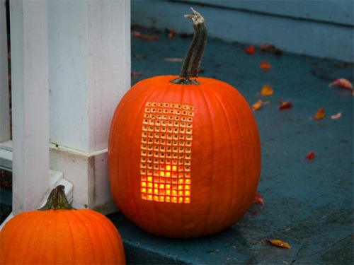 essmckee:   Pumpktris: A Fully Playable Version of Tetris Inside a Carved Pumpkin Christopher Jobson, thisiscolossal.com So what do you get when you cross one of the world's most pop­u­lar video games of all time and a giant orange squash? Pump­k­tris. The days of gob­lins, witch­es, and slack-jawed faces carved into pump­kins are offi­cial­ly over, and for­get hype…  A fully playable version of Tetris inside a carved pumpkin.