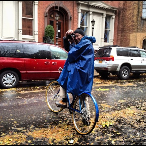 austinkleon:  Bill Cunningham taking photos during Sandy (via pennydelossantos) Filed under: Bill Cunningham
