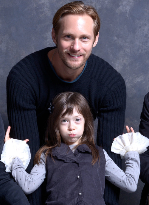 hehe…so cute! Alexander Skarsgard and Onata Aprile at a portrait session for What Maisie Knew (September 8, 2012, TIFF). Original courtesy of AlexanderSkarsgard.org