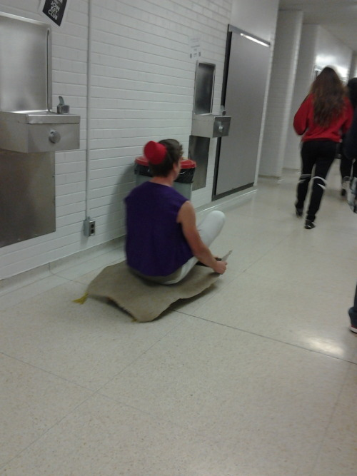 thatsqualitystuff:  on halloween this guy dressed up as aladdin and glued a carpet to his skaboard and made his way through the halls like this   Haha. Fuck yes. This guy wins.