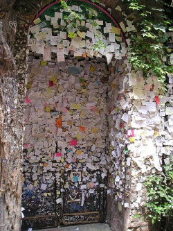 decliners:  escapingfuture:  vivlio:   Love letters in Verona  forever reblog  ∞  omg