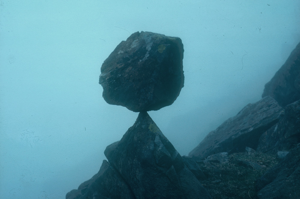 museumuesum:  Andy Goldsworthy Balanced rock, June 1979 Langdale, Cumbria