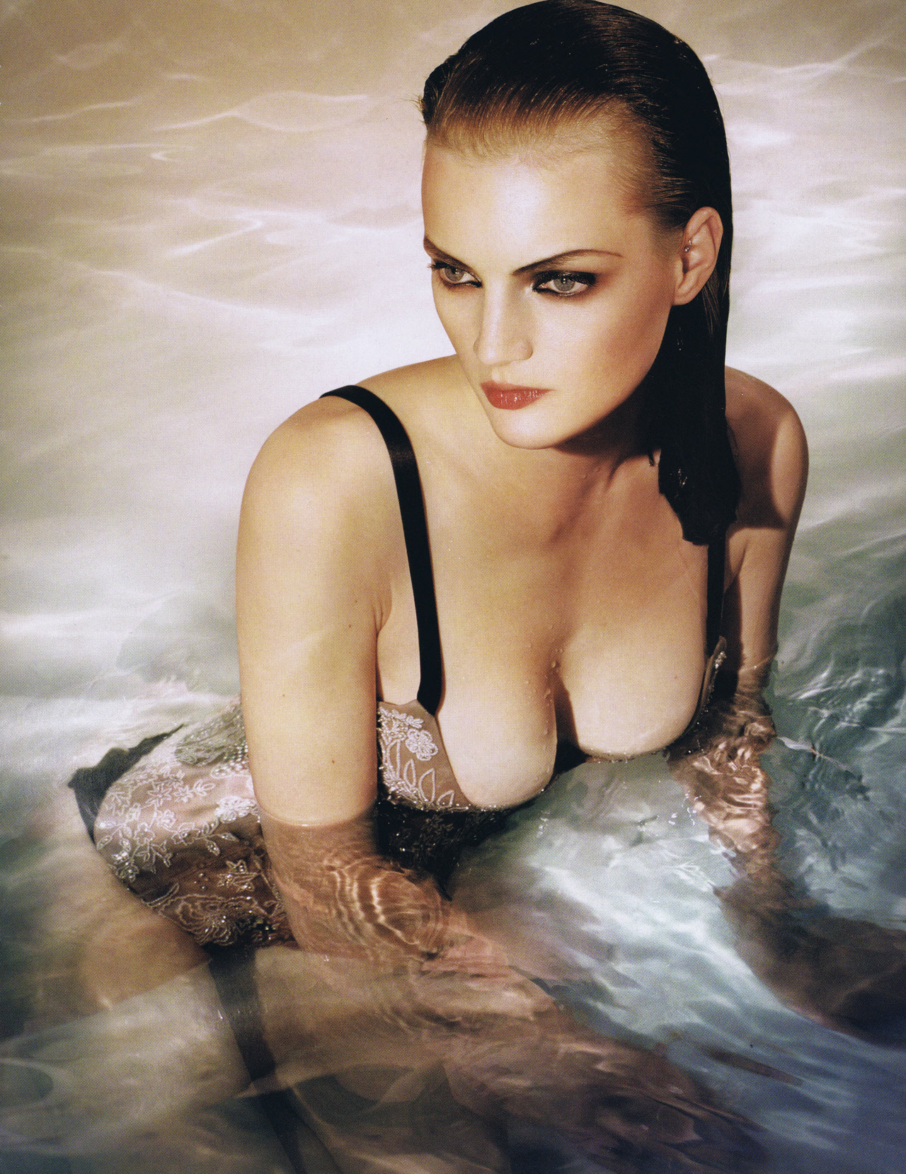 pussylequeer:  Guinevere Van Seenus: Naïade - Numéro #58 by Vincent Peters, November 2004