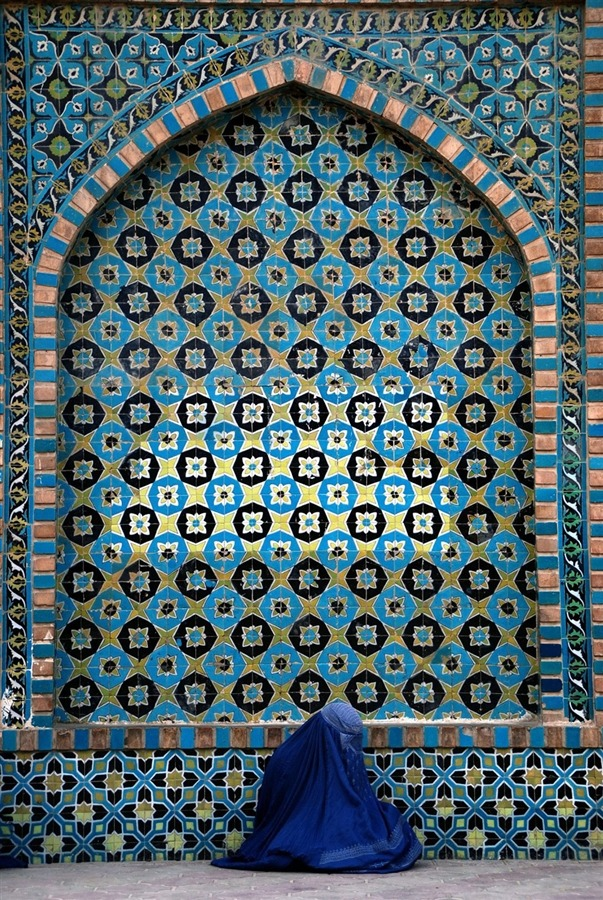 fotojournalismus:  A burqa-clad woman begs at the Blue Mosque believed by some Muslims to be the site of the tomb of Ali ibn Abi Talib, the cousin and son-in-law of Prophet Muhammad, in Mazar-I-Sharif, Afghanistan, Nov. 1, 2012. [Credit : Sayed Mustafa / EPA]
