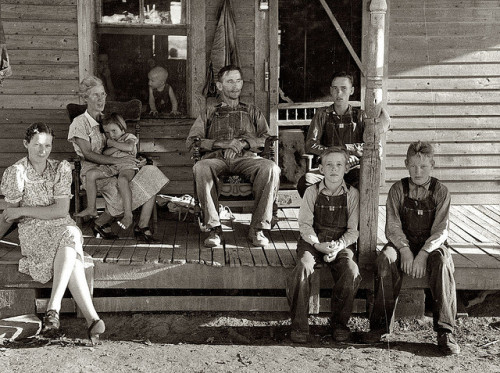 valscrapbook:  1938-Family on the Porch by ozfan22 on Flickr.