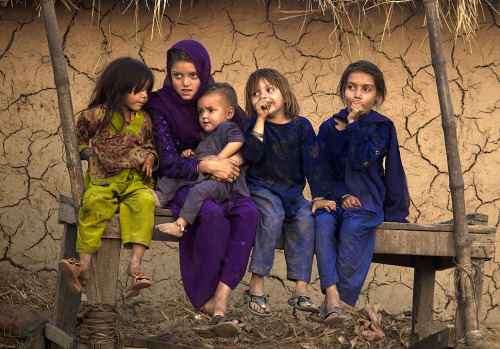 fotojournalismus:  Pakistani children who are displaced from their villages in Bajur due to fighting between militants and security forces, sit along a roadside in Islamabad, Pakistan on Friday, Nov. 2, 2012. [Credit : B. K. Bangash/AP]
