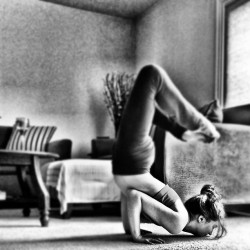 #chinbalance #backbend #yoga #yogi #yogini #balance #strength #yogapose #yogapractice #me #girl #self #today #love 🍂🍃😌✌