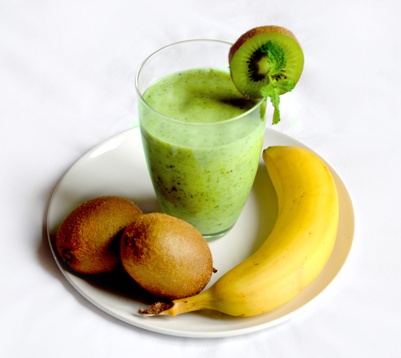 alive-still-need2live: The Hulk Smoothie This green smoothie gives you awesome superpowers! Perfect post workout snack! 1 banana 2 kiwis 5 grapes 1TS fresh peas (yes yes! Peas are the secret ingredient!) A splash of (soy/almond) milk A few mint leaves