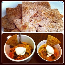 Le dinner w @jef_lin. #Homemade ERRYTHING Pumpkin turkey chili w nonfat Greek yogurt (great sub for sour cream. 😋) and #homemade whole wheat tortilla chips #nom #yum #instafood #instagood #instagramfitness #nutrition #eatclean #goodeats #dinner #nudetummyeats 🎈