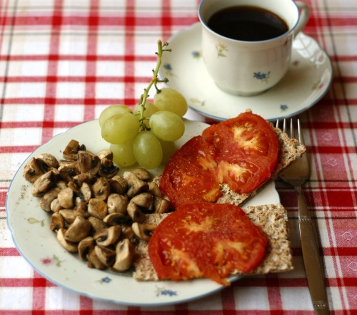 hello-healthy-life:  breakfast: sautéed mushrooms and tomato-slices on crispbread, some grapes, coffee