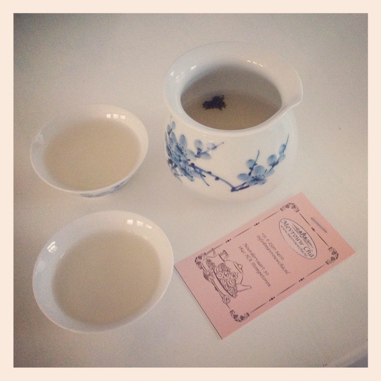 Today I went to a tea tasting in a very nice teahouse (where my photos are in a exposition). Learned a lot, she also gave me a milky oolong to taste at home and I love it! I keep pouring myself a new cup.