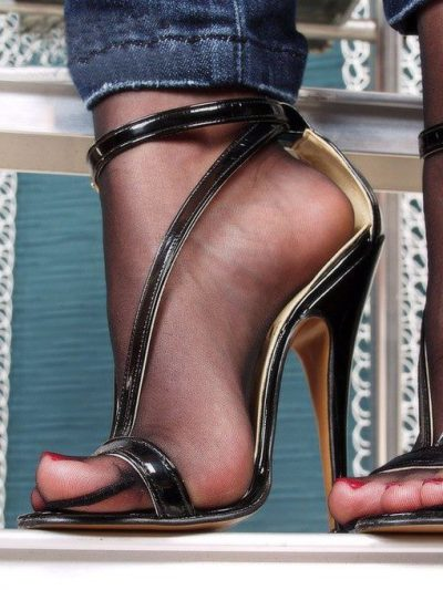 heelslut:  Love it close up! #nylonfootlicking