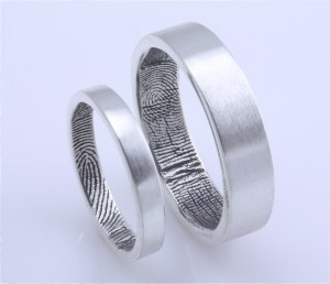 Une bague originale avec vos empreintes à l'intérieur ! (via Wedding Ring Ideas for Alternative Brides » Gothic Wedding Planner)