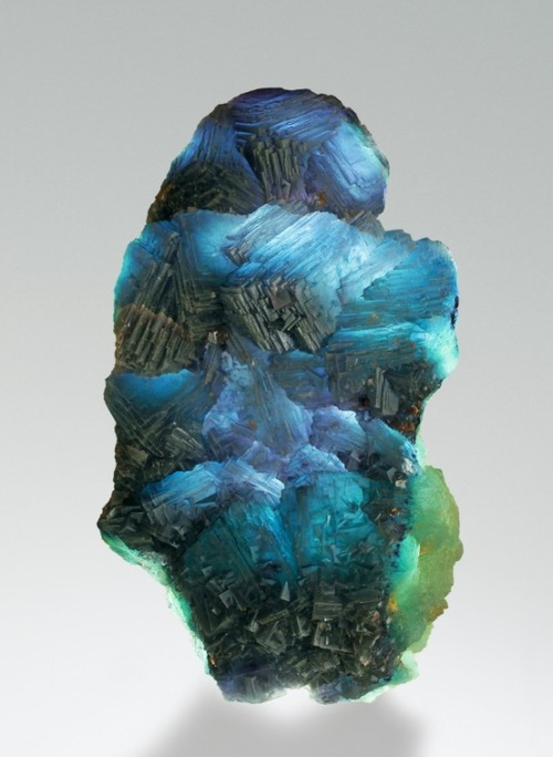 happyfractal:  kisapele:  Fluorite source: http://www.mindat.org/photo-460125.html  O:
