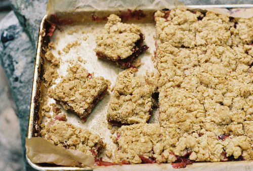 marisais:  plum crumb bars by yossy | apt2bbakingco on Flickr.