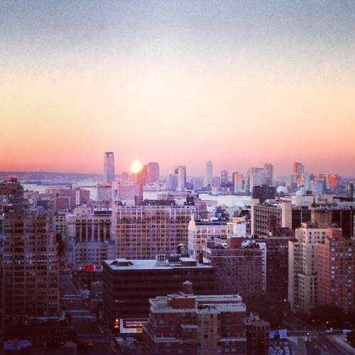 Sunday is a day of the sun! #sunday #sunrise #sundaymorning #today #manhattan #nyc #cityview #landscape #city #newyorkcity #sun #milanamay #thespringsoul #picture @ooprince #goodmorning #gm #reflection #buildings  (at The Orion)