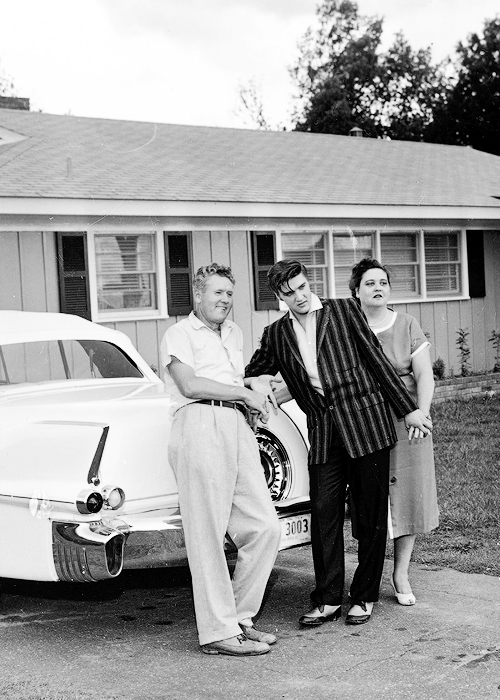 sharontates:  let—yourselfgo:  Elvis, Vernon and Gladys Presley in front of their home in Audubon Drive, 1956.