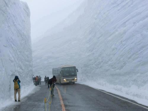 This is what a 60 foot snowfall clearing looks like (Japan, 2010) More of this: http://www.buzzhunt.co.uk/2010/12/29/snow-roads-in-japan/