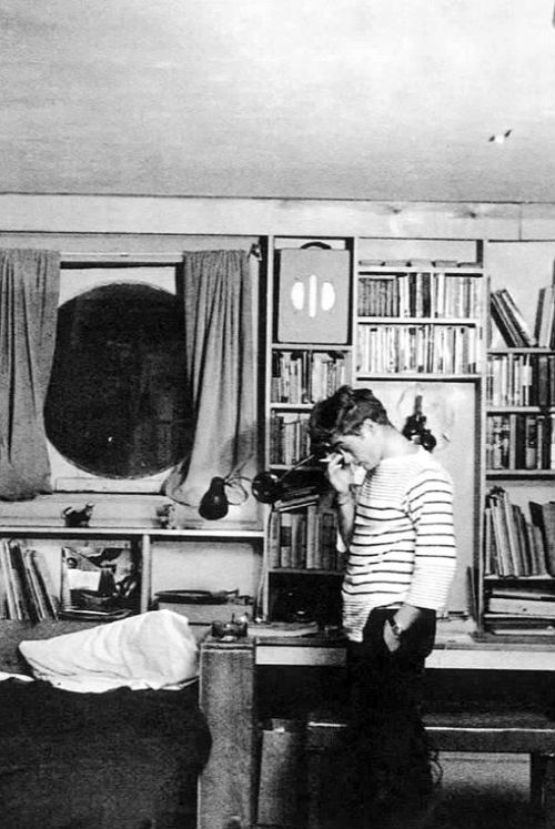 terrysmalloy:  James Dean in his New York apartment, 1955.