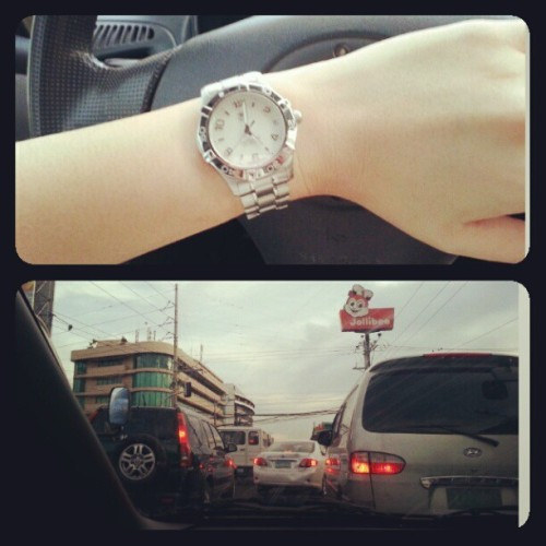 My photo for day 5..  #photoadaynovember - 5 o'clock  While going home at 5, the traffic was basicly everywhere. Such a waste of time..  #day5 #november 5 #traffic #photoadaychallenge #fmsphotoaday #fmsphotoadaynovember #tagheuer #itsmorefuninthephilippines #philippines #ontheroad #road #everydaything #everydaychallenge