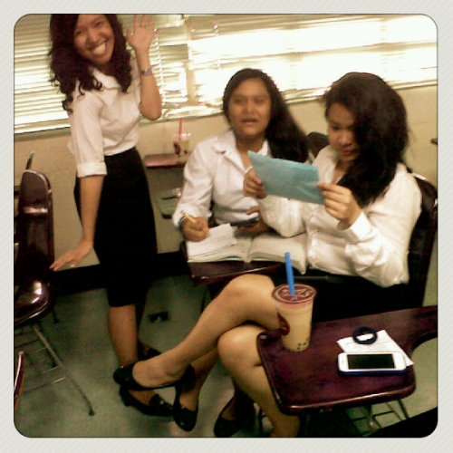 ang saya manggulo ng mga nag aaral :)) (Photo taken and uploaded via MOLOME )