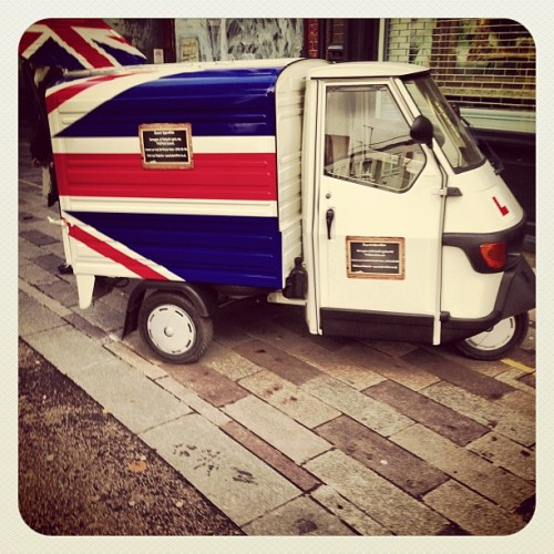 I really want to own one of these little vans ^_^ #whitecross #streetmarket #unionjack #London #GreatBritain #igers #igerslondon #instahub #instagood #instadaily #iphone #iphoneonly #iphone5 #iphoneasia #photooftheday #picoftheday #instagram  (at Whitecross Street Market)