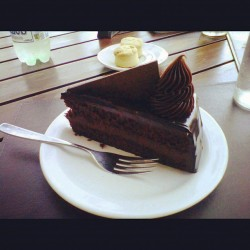 Favorite chocolate cake and scones with friends #montevideo #chocolate #cake #scones (at Porto Vanila)