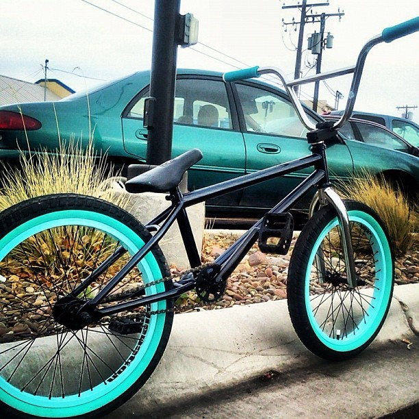edgeunite:  @skadinkeltits mmmNOM www.EDGEUNITE.com #bmx#bike#whip#blackandblue