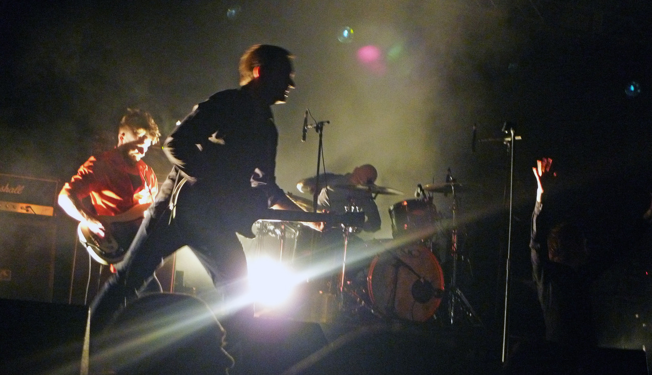 A lotta blurry shots of Refused.