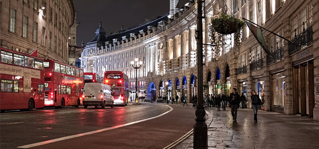 In London, smart street lights will be controlled through iPads Tablet computers have proven themselves to be more than useful for businesses, and we've seen the devices come in handy for better patient-doctor communication, automatic drinks ordering and teaching kids how to email. Now Westminster City Council in London is investing in iPad controlled streetlights to save energy and aid engineers. READ MORE…