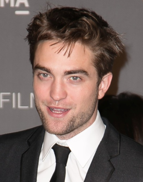 While Kristen Stewart was chatting up Jay Leno last night, Robert Pattinson was on with Jimmy Kimmel talking sky-diving, the presidential election, and kissing loudly… click the pic for all of the interview clips!!