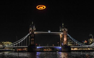 stuntoftheday:  A giant UFO hovers over the London to mark the launch of the Xbox computer game Halo 4.  The 50 foot wide logo was flown underneath a helicopter.  via Computer Games by @sam_batty
