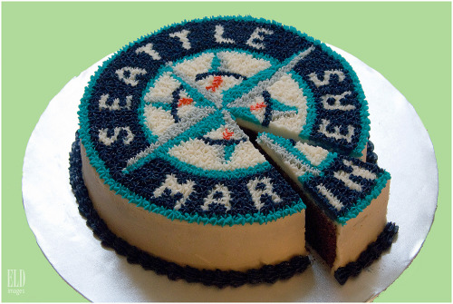 mariners:  sportsfood:  Seattle Mariners Logo Cake - Oh Joy! Baked Goods (by WordOfMouth)  Almost too pretty to eat.