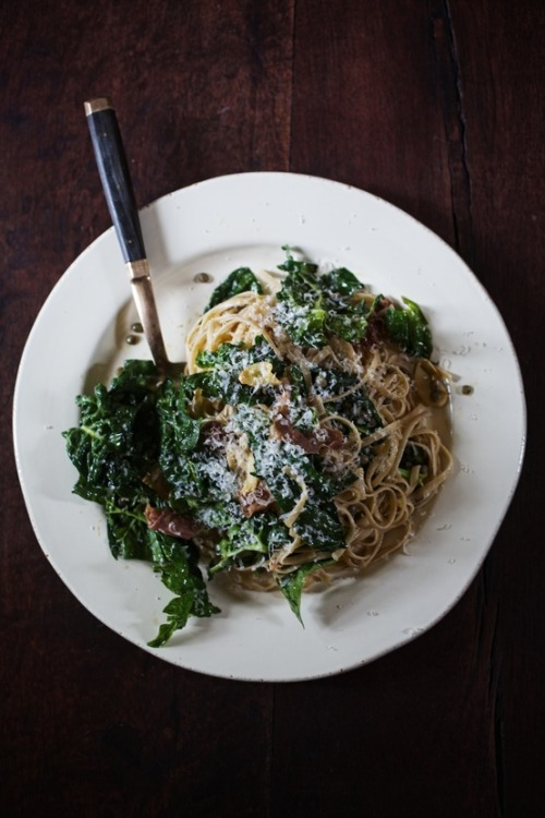 squaremeal:  (via Main Dishin' / Whole wheat linguine with pancetta, french lentils, and greens)