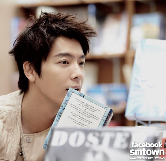 "Boys In City 4 Paris: Donghae thanks to Love? Love!Together, Super Junior has already passed 7 years… If we count from trainee days onwards, it's more than 10 years. During this long period of time, the days I spent with the members, the moments are still fresh in my mind.We've been through thick and thin, we've cried together, laughed together and even argued… It's really everything that we hate, everything that we love is ""ours"". Super Junior is not willing to let go for a bit, and we're not willing to part. Yes, my heart only has this group of people. I don't know why but other than them, there's no one else. In Paris, when I first had a toast with the members, my heart was filled with happiness and satisfaction. Maybe it's because we have the same blood or maybe it's because we have the same DNA.Thinking about Leeteuk hyung, makes me feel a bit confused… The days without Leeteuk hyung, are we going to be okay? Can Leeteuk hyung be okay without us? 1, 2, a moment, an instant, even though the temporary leaving will keep repeating, we will forever be Super Junior!Super Junior and ELF, I love you all! Forever!!  cr: 李东海吧ELFISH (x)"