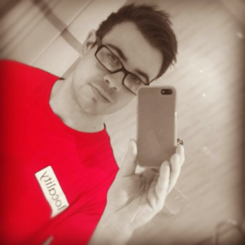 I'm not sure this red colour suits me #instaboy #instagram #igers #instahub #instagood #instamood #instadaily #instagramers #iphone #iphoneonly #iphone5 #iphoneonly #red