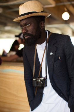 Unknown stranger. Simple. I dig it.  *Picture snatched from The Sartorialist (www.thesartorialist.com) - The guy who snapped this shot is Scott Schman (from his site):  Founder/blogger/photographer Scott Schuman began The Sartorialist with the idea of creating a two-way dialogue about the world of fashion and its relationship to daily life.