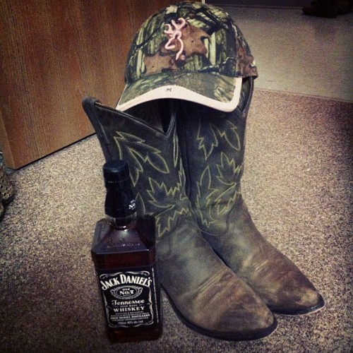 countrylove87:  the essentials #jackdaniels #cowboyboots #camo #camouflage #browning  Think I'd have to agree