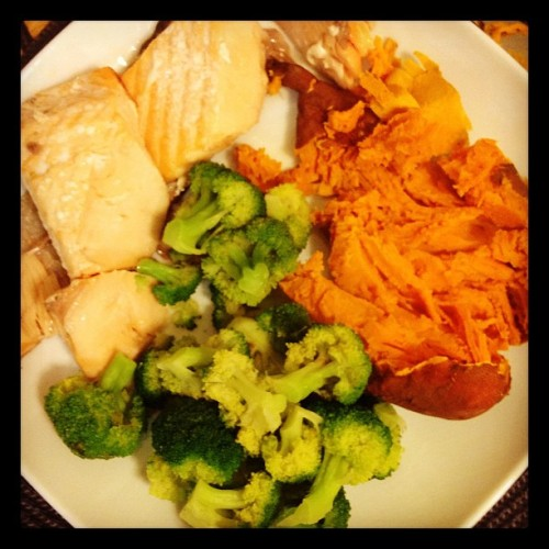 #superfood #dinner tonight! Salmon • broccoli • sweet potato #cleaneating #eatclean #cookingforone :(