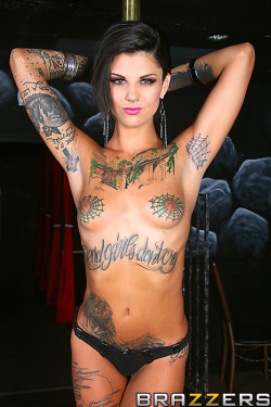 pornguide:  Another sexy picture of hot tattooed babe Bonnie Rotten.